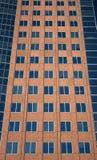 Windows de un edificio rojo imagenes de archivo