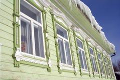 Windows de una casa de madera del condado adornada por los marcos blancos Imágenes de archivo libres de regalías