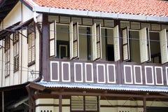 Windows de una casa vieja de Chinatown Imagenes de archivo
