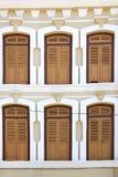 Windows de una casa vieja de Chinatown Imágenes de archivo libres de regalías