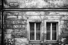 Windows de una casa vieja en el cuarto del nuevo mundo de Novy Svet, Praga foto de archivo