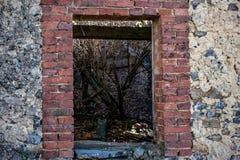 Windows de vieille maison abandonnée dans les ruines photographie stock libre de droits