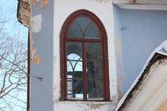 Windows dei blocchi di vetro, verde abbandonato della casa distruzione di edifici senza manutenzione fotografia stock