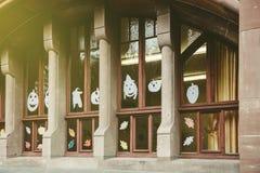 Windows dekorerade med papper halloween Arkivbilder