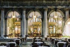 Windows del café famoso de Florian en la noche en Venecia foto de archivo libre de regalías