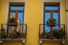 Windows del edificio amarillo hermoso en Cagliari, Cerdeña fotos de archivo