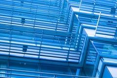 Windows del edificio moderno entonado en color azul Imagenes de archivo