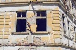 Windows del edificio viejo del abandono Foto de archivo libre de regalías