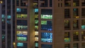 Windows della costruzione multipiana della gente interna e commovente di illuminazione di vetro e d'acciaio all'interno di timela archivi video