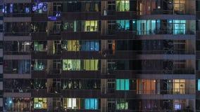 Windows della costruzione multipiana della gente interna e commovente di illuminazione di vetro e d'acciaio all'interno di timela video d archivio