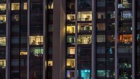 Windows della costruzione multipiana della gente interna e commovente di illuminazione di vetro e d'acciaio all'interno di timela stock footage