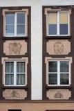 Windows in der Fassade des Hauses stockbilder