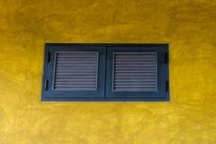 Windows in der gelben Wand stockfotografie