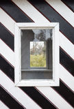 Windows in der hölzernen Wand, gestreiftes Schwarzweiss-Muster Lizenzfreie Stockfotografie