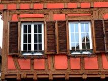 Windows der typischen Hälfte zimmerte Haus in Elsass Stockbilder