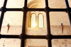 Windows derrière des barrières de fer image stock