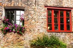 Windows des alten Backsteinbaus in Brügge, Belgien Lizenzfreie Stockbilder