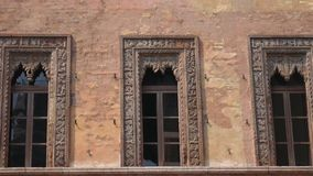 Windows des alten Hauses des Kaufmannes in Marktplatz delle Erbe in Mantua stock video