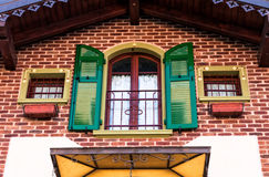 Windows des Backsteinhauses Lizenzfreies Stockfoto