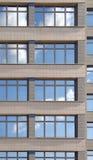 Windows des Bürohauses Stockfotos