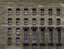 Windows des deutschen Finanzministeriums in Berlin stockbild