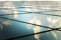 Windows des Geschäftszentrums mit Himmel nahaufnahme Auszug Lizenzfreies Stockfoto