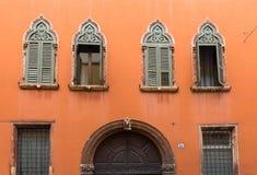 Windows des Hauses in der gotischen Art in Verona Lizenzfreies Stockbild