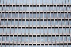 Windows des modernen Geschäfts-Bürogebäudes herein in die Stadt Lizenzfreies Stockbild