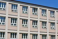 Windows des Volksschulegebäudes Stockfotografie