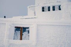 Windows di costruzione abbandonata coperta da gelo e da ghiaccio Immagine Stock Libera da Diritti