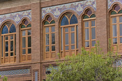 Windows di legno di costruzione con i vetri variopinti Immagine Stock Libera da Diritti
