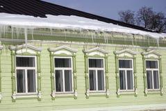 Windows di una casa di legno della contea decorata dalle strutture bianche Fotografia Stock