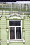 Windows di una casa di legno della contea decorata dalle strutture bianche Fotografia Stock Libera da Diritti