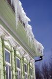 Windows di una casa di legno della contea decorata dalle strutture bianche Immagini Stock
