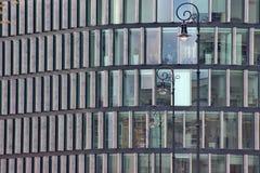 Windows di una casa moderna grattacielo di vetro nella città, edificio per uffici alla moda con Windows dal pavimento al soffitto immagine stock libera da diritti