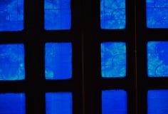 Windows di una stanza che la luce sta giocando attraverso il vetro blu della finestra fotografie stock libere da diritti