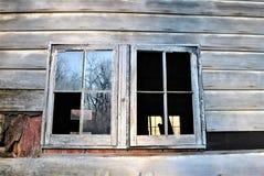 Windows di vecchio granaio o casa fotografia stock