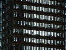 Windows do branco iluminou escritórios no prédio de escritórios alto foto de stock royalty free