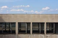 Windows du bâtiment abandonné et du ciel ci-dessus Images libres de droits