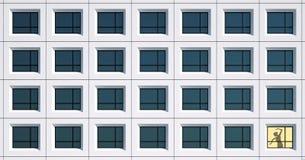 Windows du bâtiment, et femmes dans une fenêtre de jaune-lumière Images stock