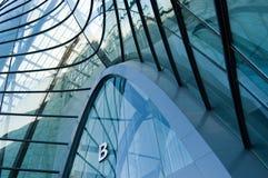Windows durch modernes Gebäude lizenzfreie stockfotos