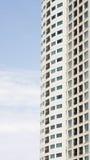 Windows e balconi sulla torretta alta del condominio Immagini Stock