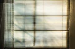 Windows e ciechi con i raggi del sole immagine stock libera da diritti