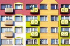 Windows e facciata variopinta di edificio residenziale Immagini Stock Libere da Diritti