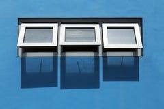 Windows e parete blu Immagini Stock Libere da Diritti