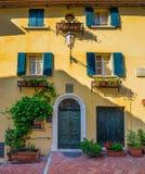 Windows e porte in una vecchia casa decorata con il fiore Fotografia Stock Libera da Diritti