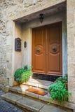 Windows e porte in una vecchia casa decorata con il fiore Immagini Stock Libere da Diritti