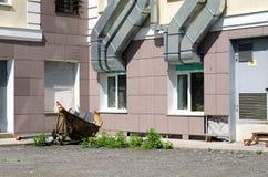 Windows e tubulações da ventilação em paredes da casa Perto do lixo da casa na rua imagens de stock royalty free