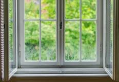 Windows efter regn med sikt utanför royaltyfri bild