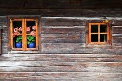 Windows in einem alten Blockhaus Lizenzfreie Stockfotografie